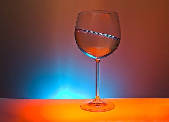 水が斜めったグラス