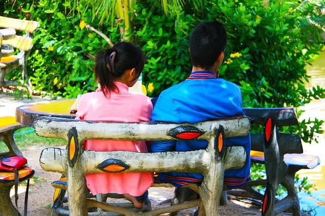 夏場のベンチで話す男女
