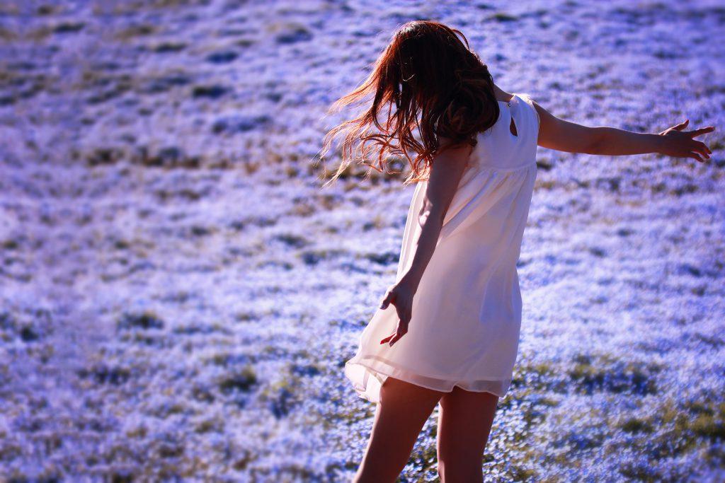 全身に春の風を浴びている女の子