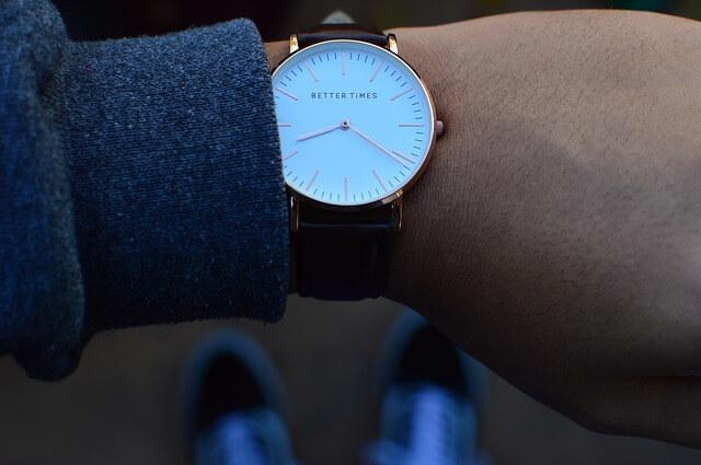 時計を見てタイミングを計る男性