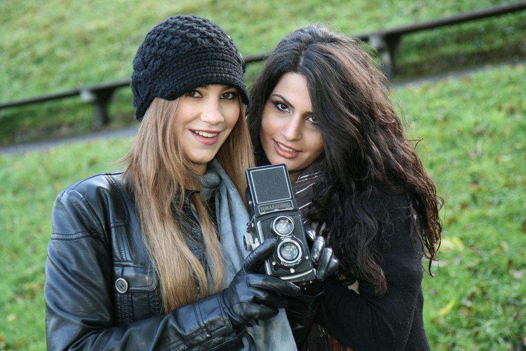 女友達と遊ぶ女性