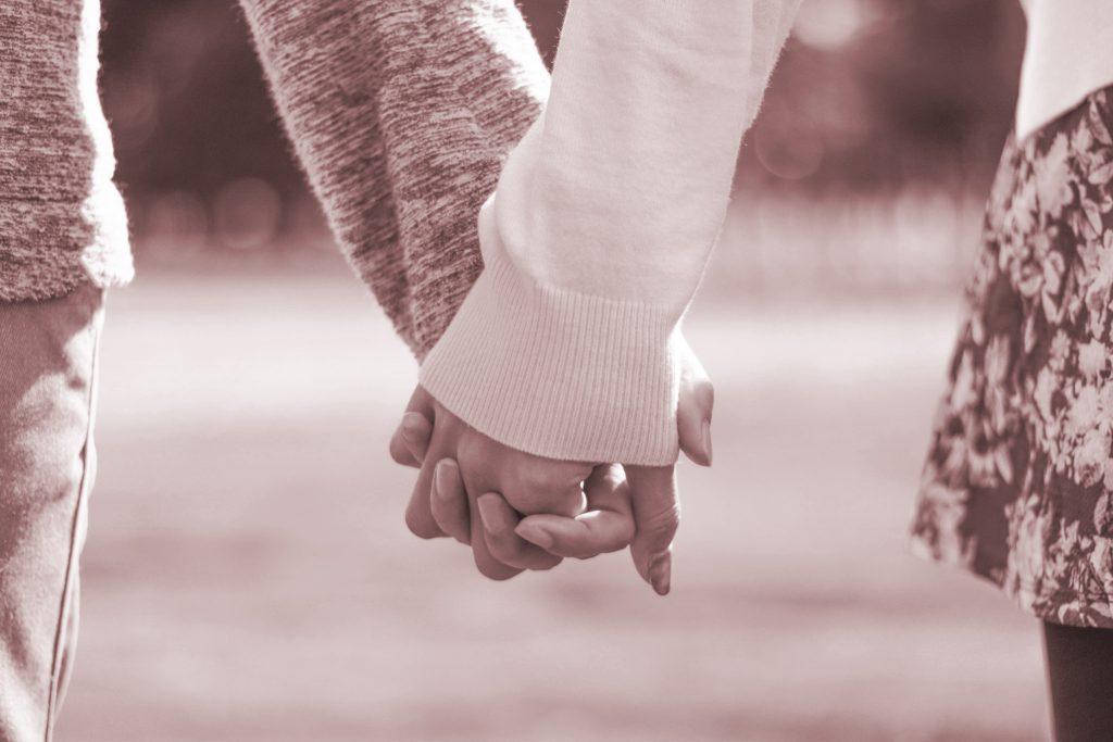手をつないでデートを楽しむカップル