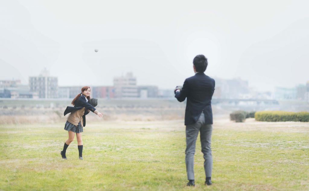 元彼と仲良くキャッチボールする女性