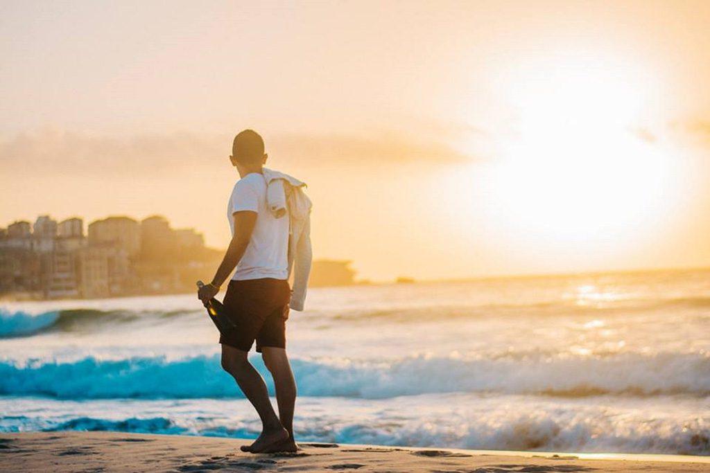 夕日をバックに歩く憧れの男性