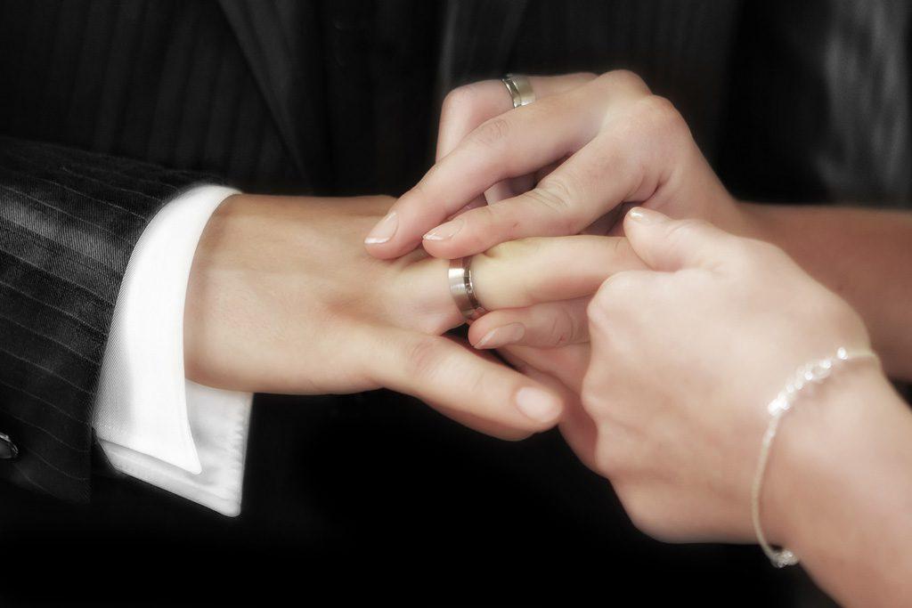 結婚指輪をはめる元彼