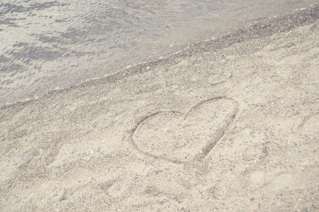 砂浜で好意をアピール