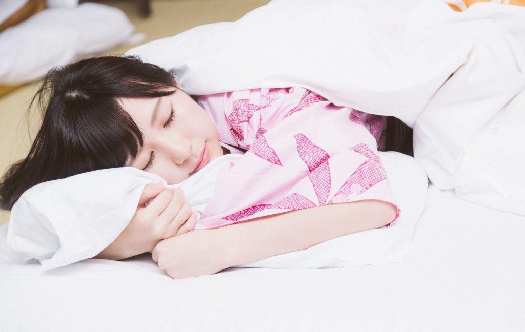 眠りまくる女性