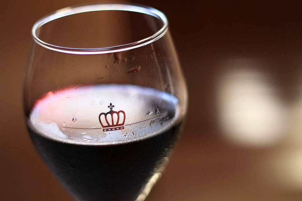 返信せずにワインを飲む女性