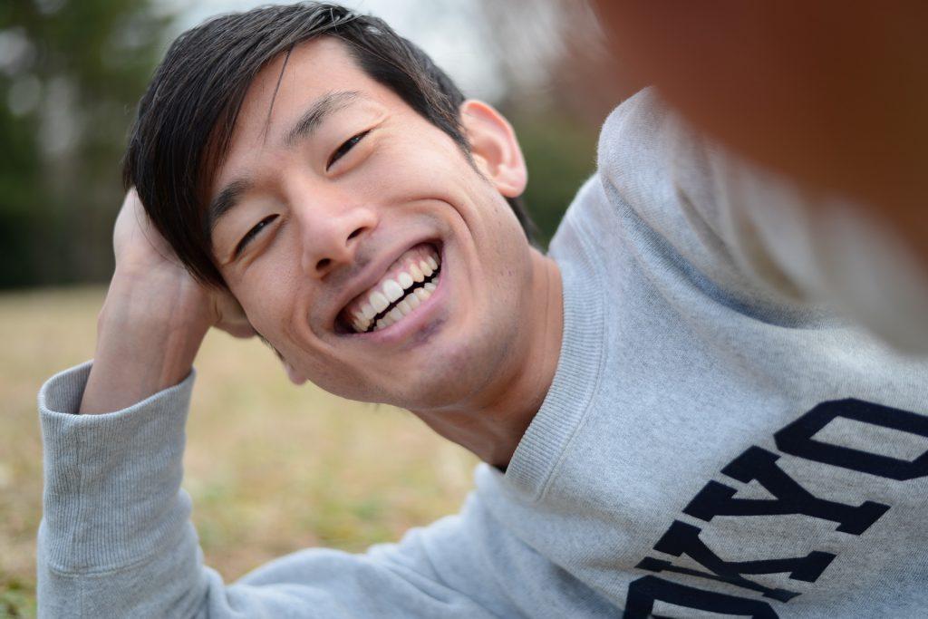 楽しそうな笑顔の男性