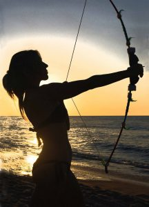 弓を引く女性のシルエット