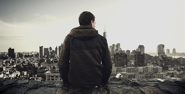 高台で迷う男性