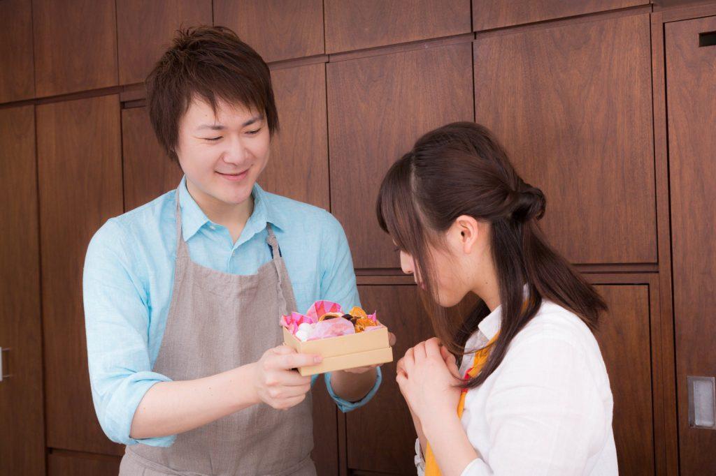 女性に手料理をプレゼントする男性