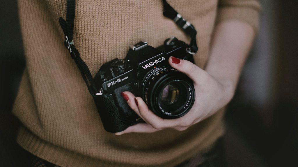 好きなカメラで活動する女性