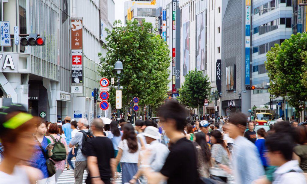渋谷の混雑を歩く人々