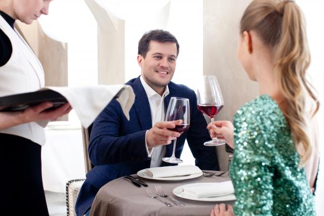 女性に自慢話をする男性