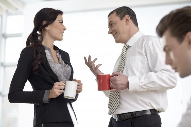 女性に個人的な話をする男性