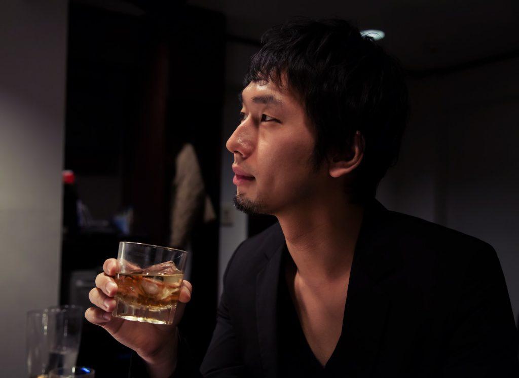 酒をかっこよく飲む男性