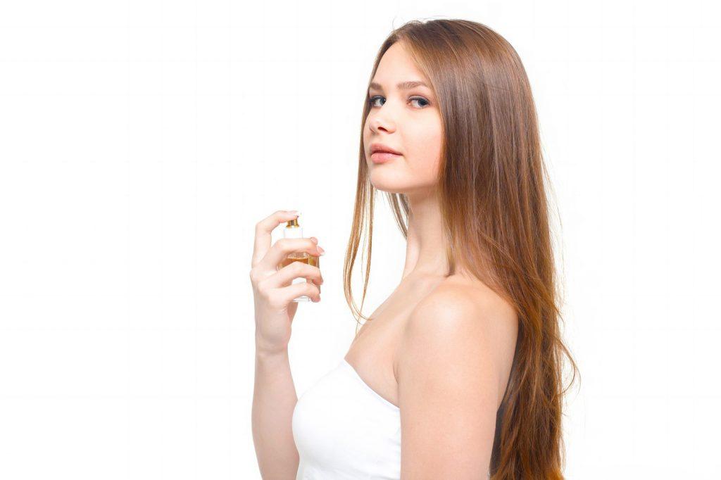 香水と少し挑発的な横目線の女性