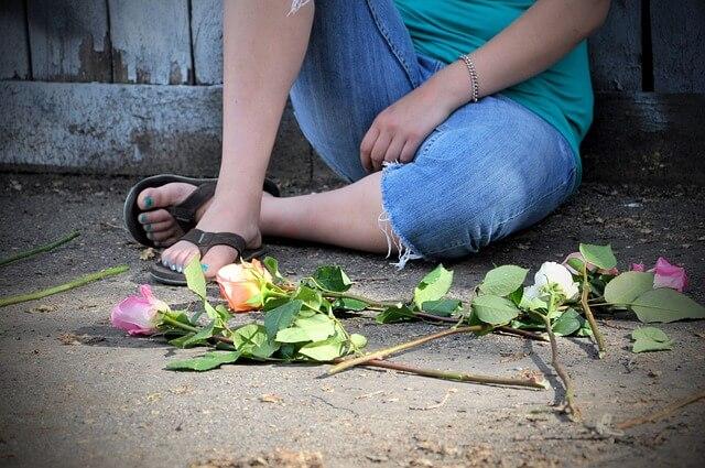 地面に落ちているピンクやホワイトのバラ