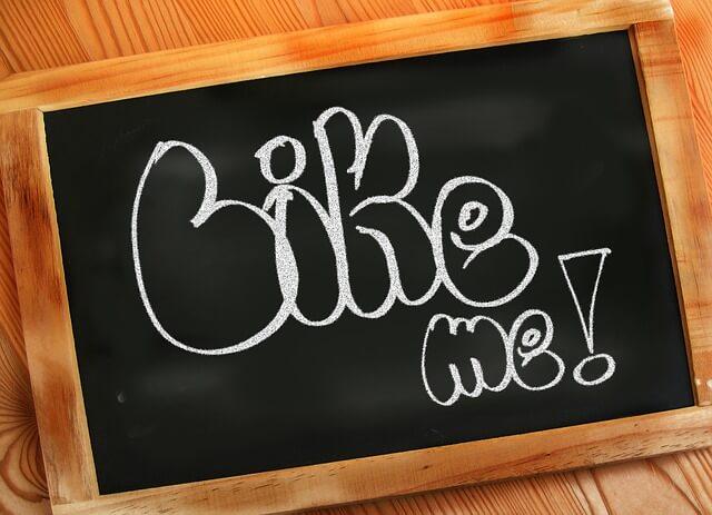 黒板にチョークで書かれた「LIKE ME」