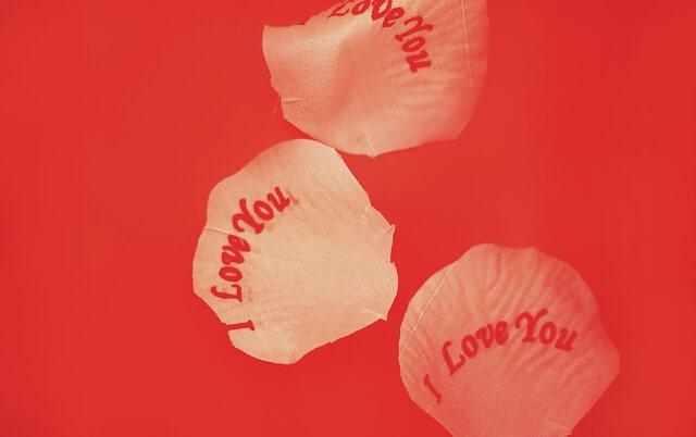 花びらに書かれた「I LOVE YOU」