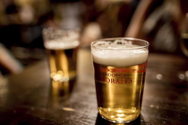 にぎやかな居酒屋のビールグラス