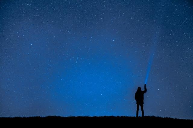 LINEに興味なく星に夢中な男性
