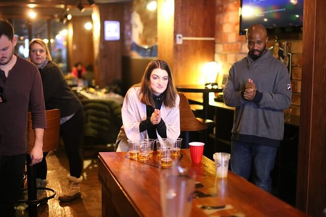 バーで祈りをささげる女性