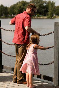 父親と遊ぶ娘