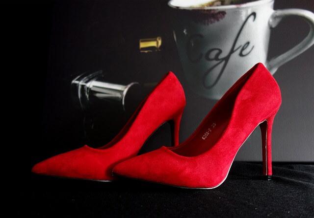 赤い派手な靴