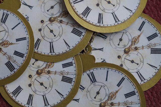 早めの時間を指す時計