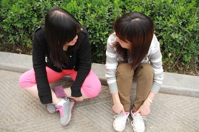友人に相談する女性