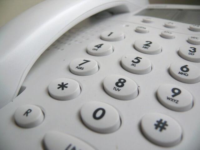 家の電話にかける女性
