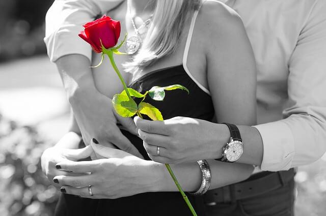 一目惚れした女性に赤いバラを渡す男性