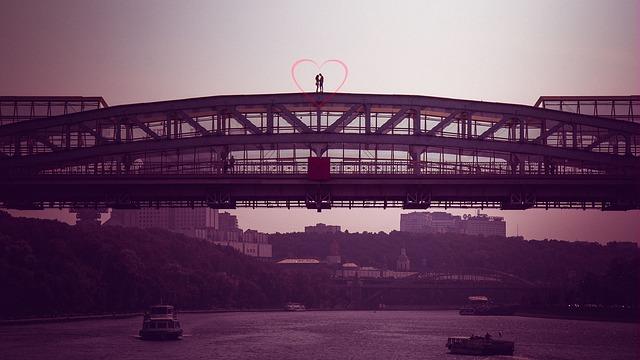 橋の上で運命の出会いをして恋に落ちた男女