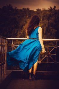 青いドレスを着て新しい出会いを求める女性