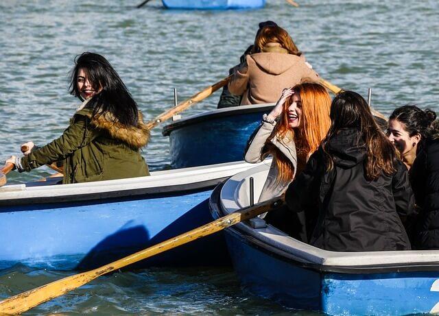 友人とカヌーする女性
