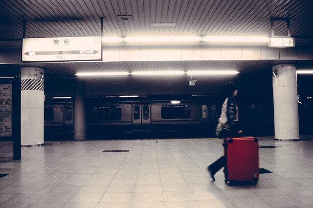 地下鉄で急ぐ人
