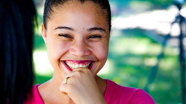 幸せそうに笑う女性