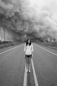 長い道のりに呆然とする女性