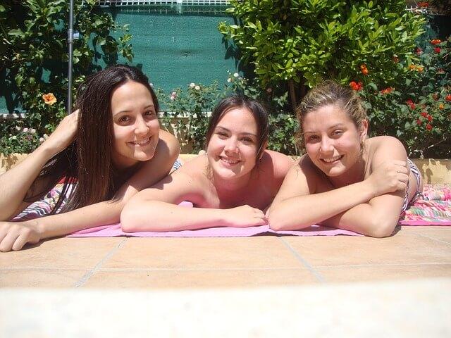 友達とプールを楽しむ女性