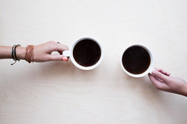 コーヒーで片思いの男性と乾杯