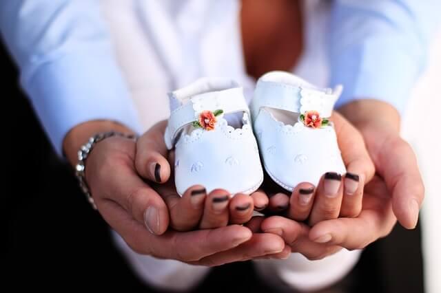 子供用の白い靴