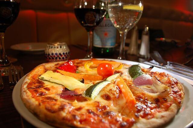 2つ用意されたピザとワイン