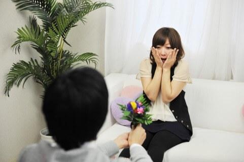 女性に告白の花束を渡す男性