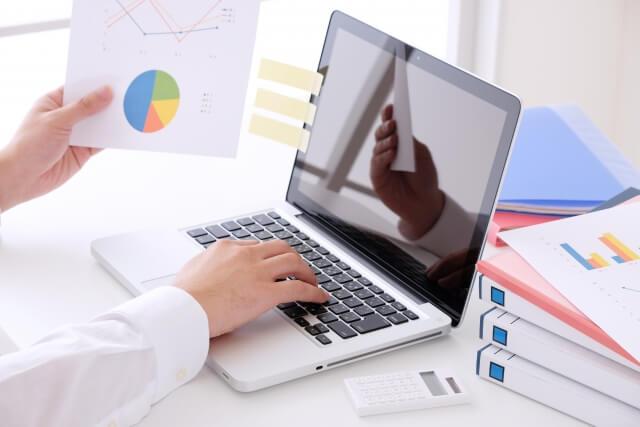 ノートパソコンで仕事する忙しい男性