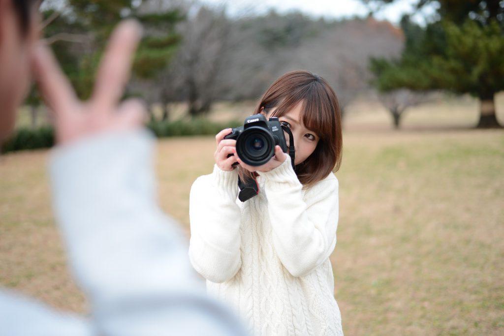 SNSの投稿用写真を撮る女性
