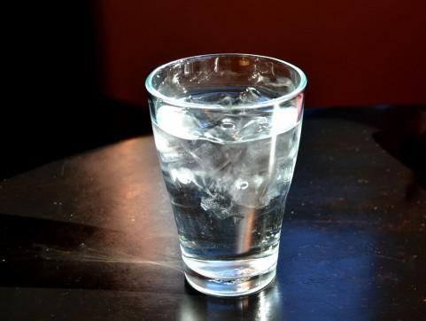 酒の合間の水