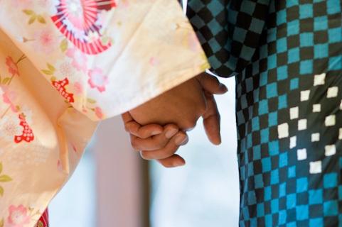 手をつないでデートするカップル
