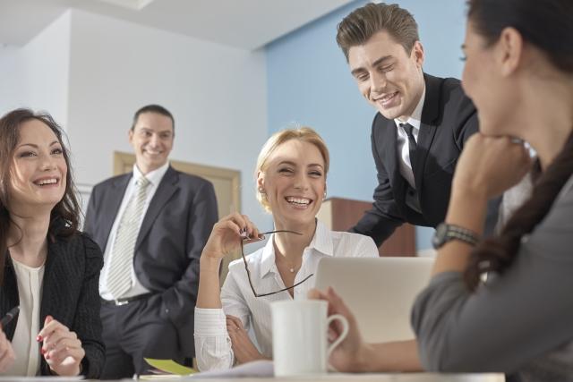 仕事仲間と談笑する女性